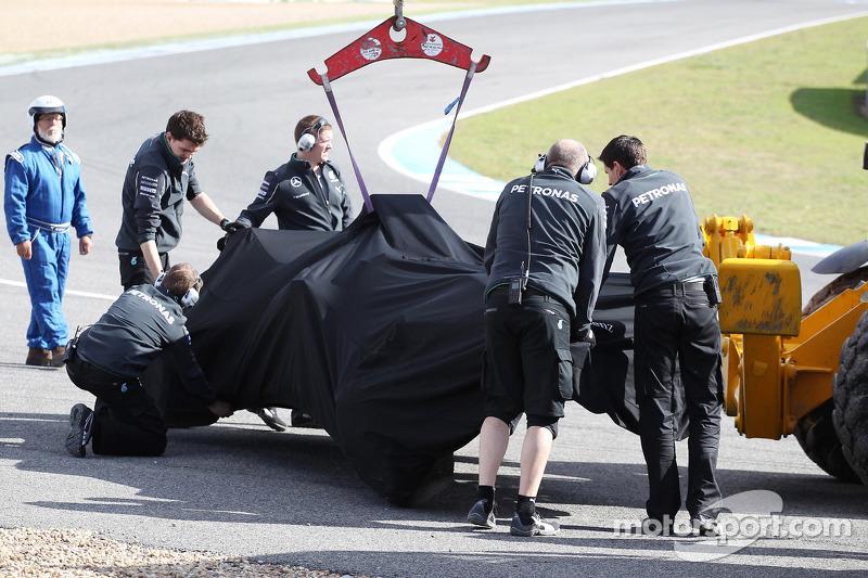 La Mercedes AMG F1 W05 di Lewis Hamilton, Mercedes AMG F1 viene porata di nuovo ai box sul retro di un camion dopo che si è schiantato alla prima curva