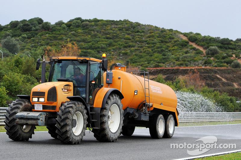 Il trattore bagna la pista durante le gioranta ufficiale di test dei pneumatici Pirelli