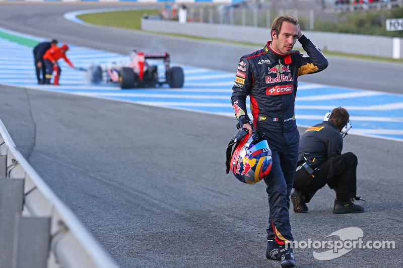 Jean-Eric Vergne, esce dalla sua Scuderia Toro Rosso STR9 dopo l'arresto sul rettilineo