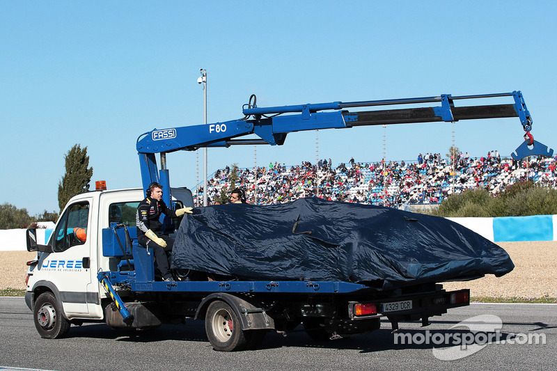 La Red Bull Racing RB10 di Daniel Ricciardo, Red Bull Racing viene portata di nuovo ai box sul retro di un camion
