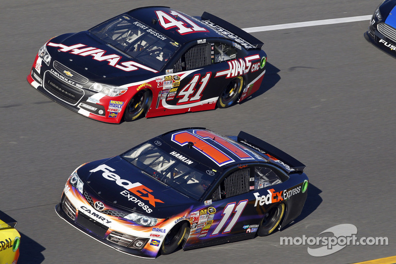 Denny Hamlin, Joe Gibbs Racing Toyota ve Kurt Busch, Stewart-Haas Racing Chevrolet