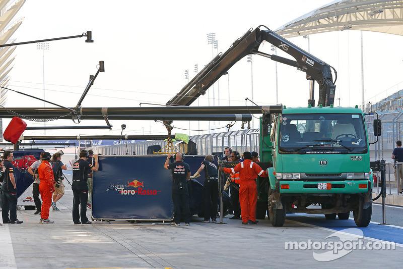 La Scuderia Toro Rosso STR9 di Daniil Kvyat, Scuderia Toro Rosso viene portata di nuovo ai box sul r