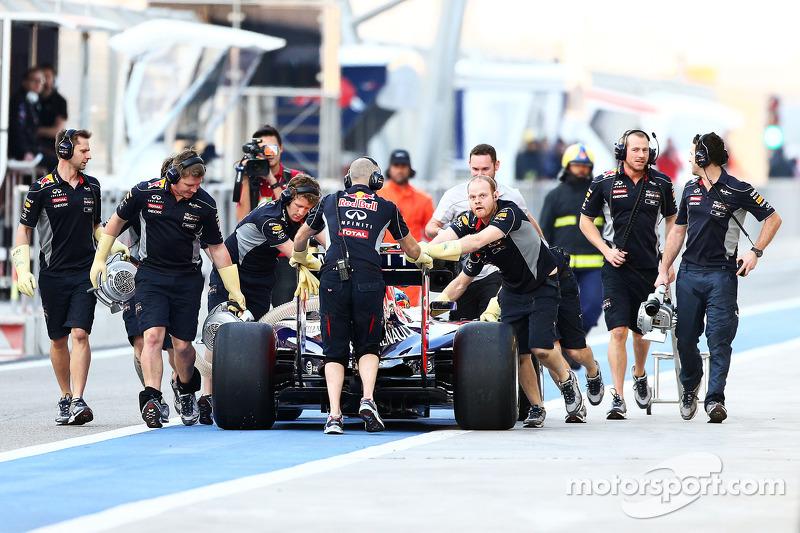 La Red Bull Racing RB10 di Sebastian Vettel, Red Bull Racing è spinto lungo la corsia box dai meccanici