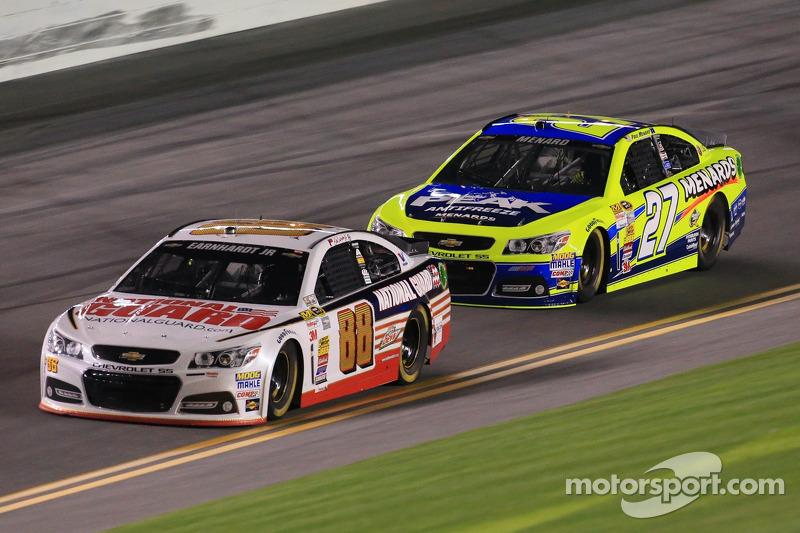 Dale Earnhardt Jr., Hendrick Motorsports Chevrolet ve Paul Menard, Richard Childress Racing Chevrole