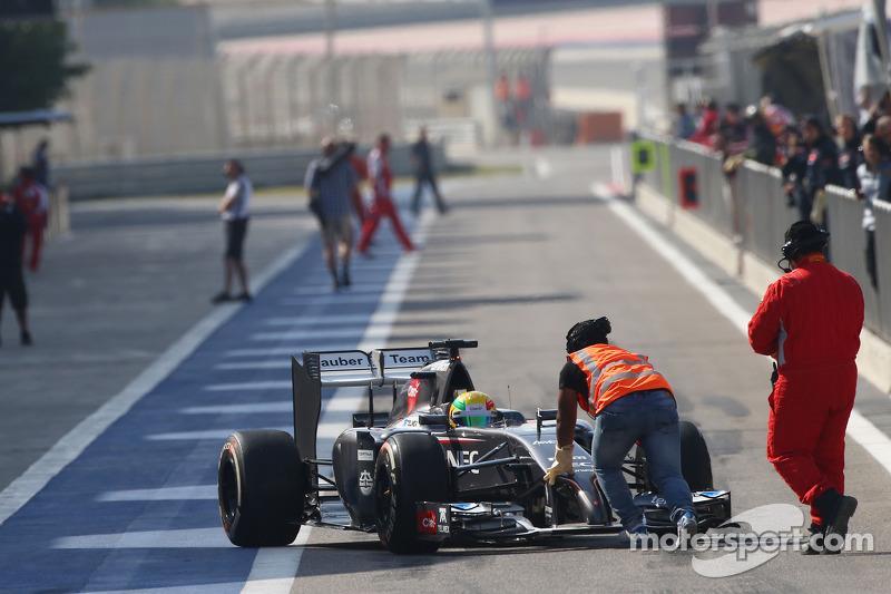 Esteban Gutierrez, Sauber C33 görevliler tarafından itiliyor