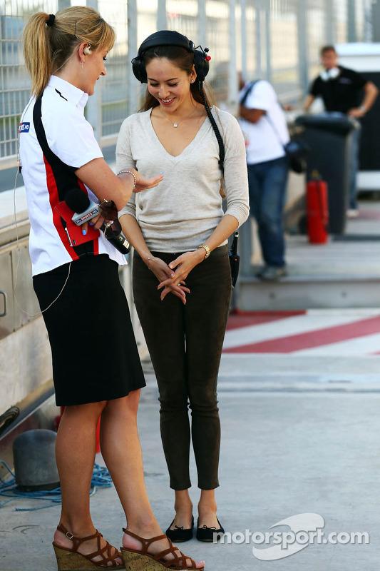 (Esquerda para direita): Rachel Brookes, repórter da Sky Sports F1, com Jessica Michibata, namorada
