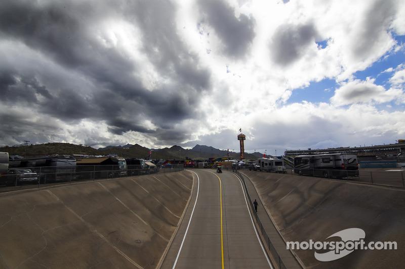 Phoenix Uluslararası Yarış Pisti üzerinde bulutlar