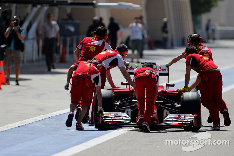 Fernando Alonso, Scuderia Ferrari pit alanında duruyor