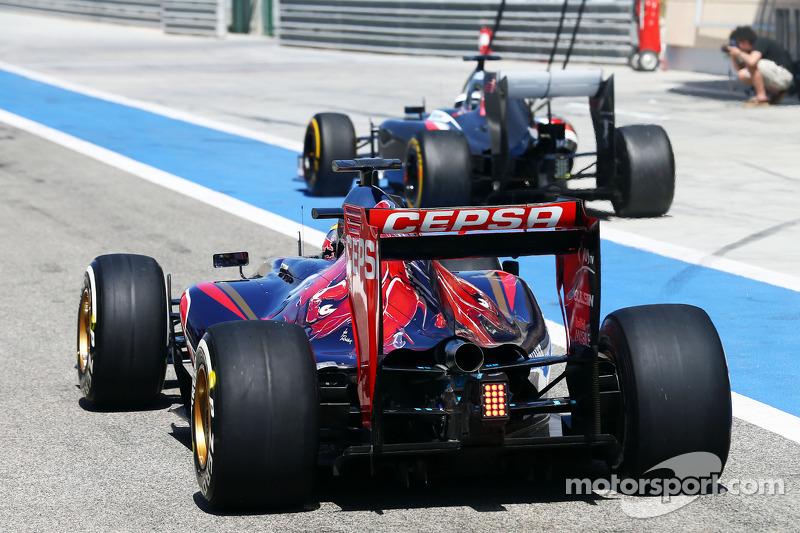 Jean-Eric Vergne, Scuderia Toro Rosso STR9 e Adrian Sutil, Sauber C33 lasciano i box