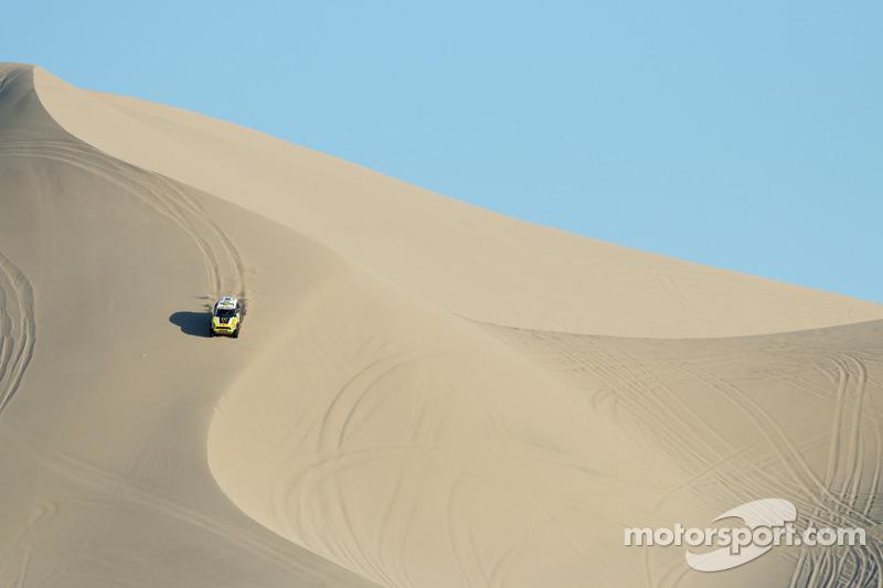 Jay Leno e Nani Roma con la Mini che ha vinto la Dakar