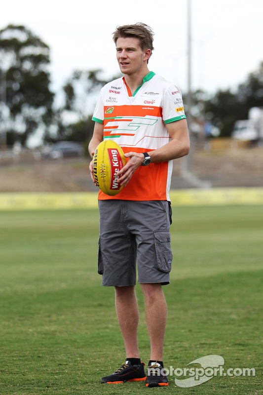 Nico Hulkenberg, Sahara Force India F1, experimenta suas habilidades Futebol Australiano