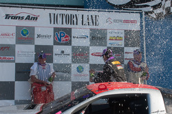 R.J. Lopez, Simon Gregg,和Cliff Ebben,在领奖台上庆祝