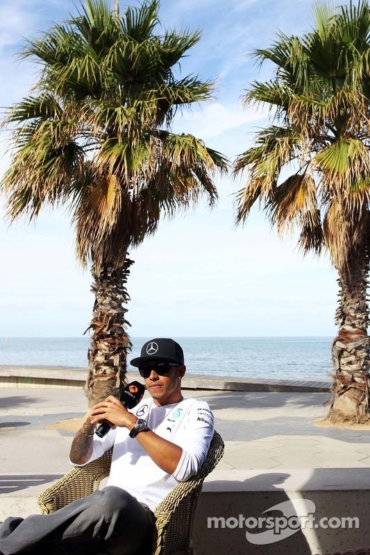 Lewis Hamilton, Mercedes AMG F1, na praia