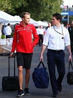 (Soldan Sağa): Max Chilton, Marussia F1 Takımı ve Alan Van Der Merwe, FIA Tıbbi Araç Pilotu