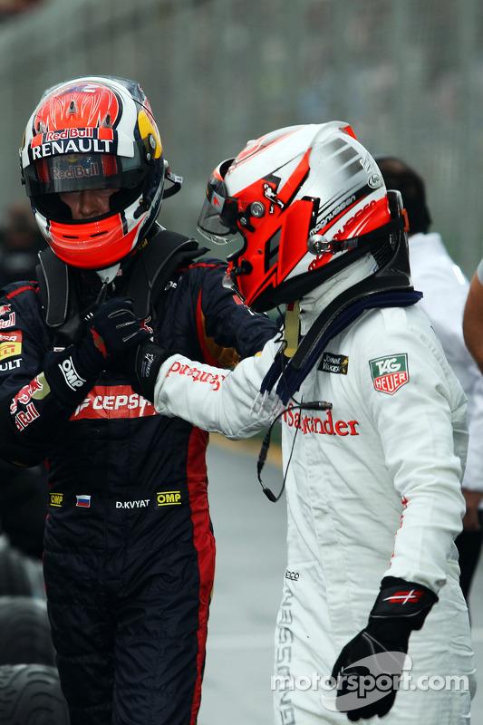 (Izq. a Der.): Daniil Kvyat, de la Scuderia Toro Rosso festeja en parc ferme con el también debutante Kevin Magnussen, de McLaren