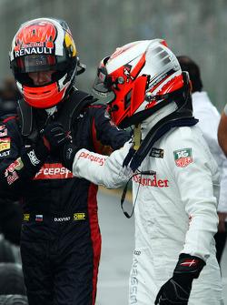 (Da sinistra a destra): Daniil Kvyat, Scuderia Toro Rosso festeggiano nel parco chiuso con il compagno debuttante nel GP Kevin Magnussen, McLaren
