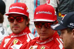 (Da sinistra a destra): Fernando Alonso, Ferrari con Kimi Raikkonen, Ferrari e Sebastian Vettel, Red Bull Racing nella foto di inizio stagione