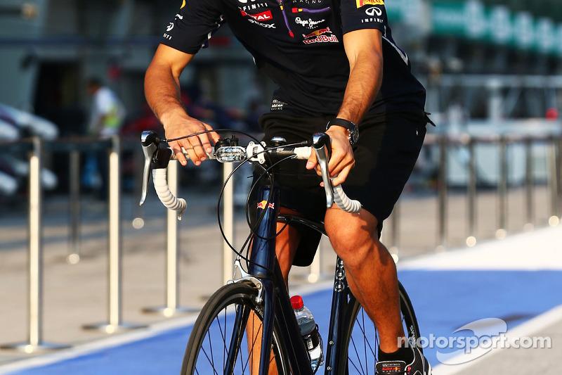 Daniel Ricciardo, Red Bull Racing pistte bisiklet sürüyor