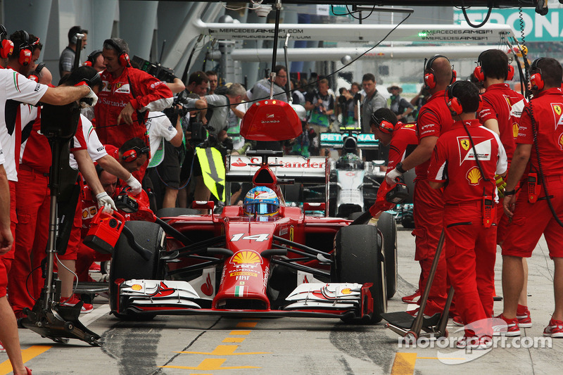 Fernando Alonso, Ferrari F14-T practices a pit stop