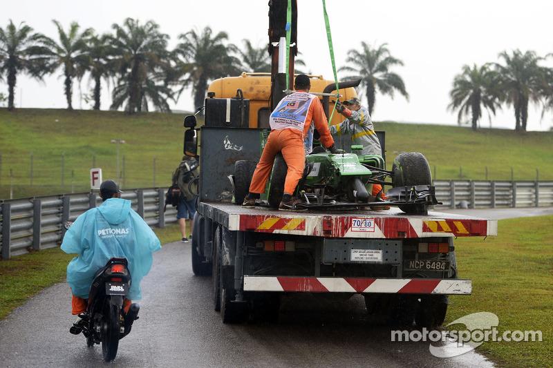 La Caterham CT05 di Marcus Ericsson, Caterham dopo l'incidente durante le qualifiche torna ai box sul retro di un camion