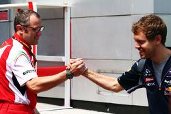(Da sinistra a destra): Stefano Domenicali, Direttore Generale Ferrari con Sebastian Vettel, Red Bull Racing