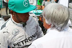 Lewis Hamilton, Mercedes AMG F1 con Bernie Ecclestone, en la parrilla