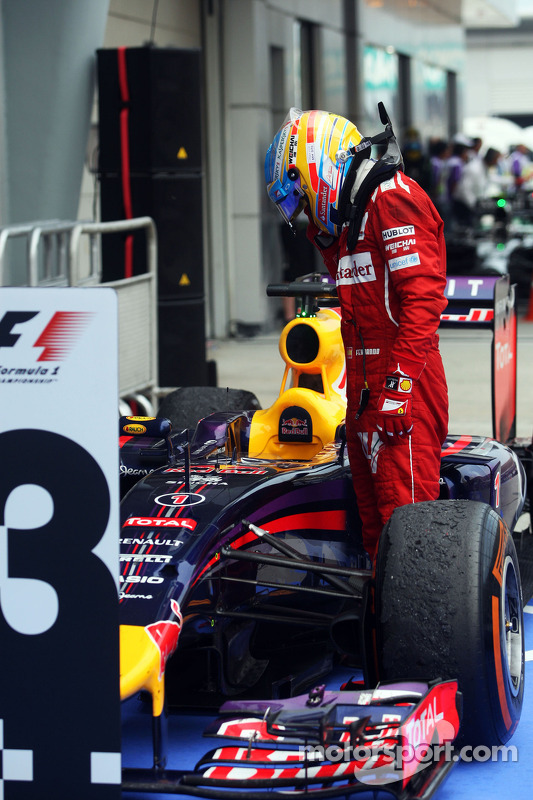 Parc Ferme: Fernando Alonso, Ferrari, betrachtet den Red Bull Racing RB10 von Sebastian Vettel, Red Bull Racing