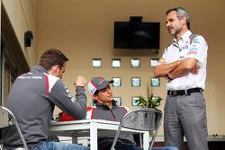 (Da sinistra a destra): Giedo van der Garde, Sauber terzo pilota con Esteban Gutierrez, Sauber e Beat Zehnder, Sauber F1 Team Manager
