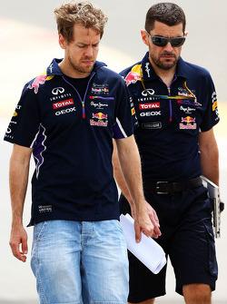 Sebastian Vettel, Red Bull Racing camina por el circuito con Guillaume Rocquelin, Red Bull Racing ingeniero