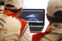 Mads Ostberg e Jonas Andersson guardano il video del sopralluogo