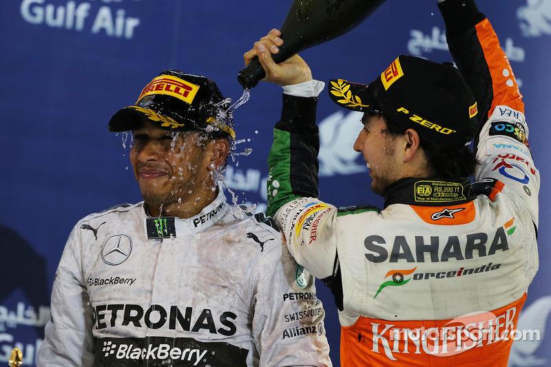 Il podio, Lewis Hamilton Mercedes AMG F1 festeggia con il terzo classificato Sergio Perez, Sahara Fo