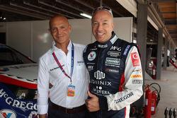 ROAL车队拥有者奥尔多·佩罗和ROAL车队驾驶雪佛兰科鲁兹RML TC1的汤姆·科罗内尔