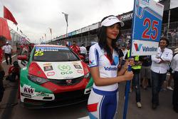 Mehdi Bennani, Honda Civic WTCC, Proteam Racing and Grid Girl