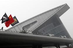 Çin, F1 ve FIA bayrakları padokta