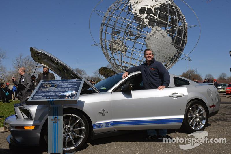 Gary Welch 2008 Ford Mustang GT500 KR'ın yanında, Mustang' 50. yıldönümü kutlamaları, New York