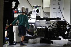 Un ragazzo fotografa la Williams FW36 di Valtteri Bottas, Williams FW36 nei box