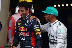 segundo colocado Daniel Ricciardo, Red Bull Racing RB10, e o pole Lewis Hamilton, Mercedes AMG F1