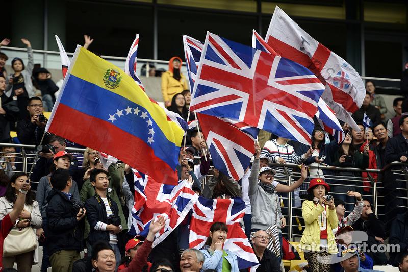 Taraftarlar ve bayrakları.