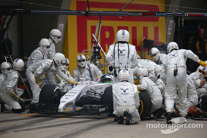 Felipe Massa, Williams FW36 has problems during his pit stop.