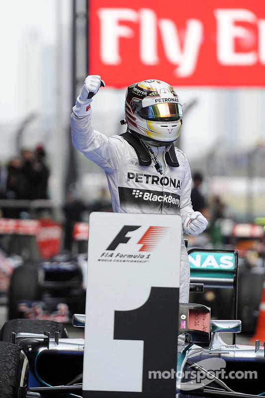 Vainqueur: Lewis Hamilton, Mercedes AMG F1 W05 heureux dans le parc fermé