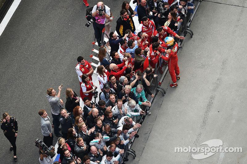 Fernando Alonso, Ferrari kapalı parkta üçüncü sıra için kutlama yapıyor