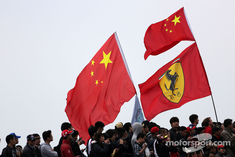 Flaggen: China und Ferrari