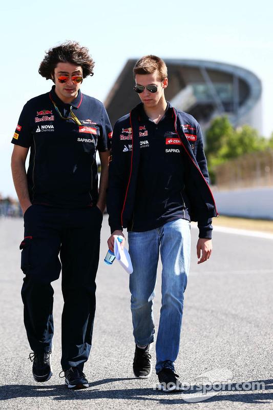 Daniil Kvyat, Scuderia Toro Rosso pistte yürüyor ve Marco Matassa, Scuderia Toro Rosso Yarış Mühendi