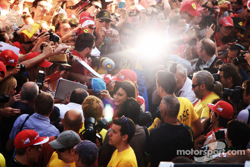 Fernando Alonso, Ferrari signs autographs for the fans in the pits