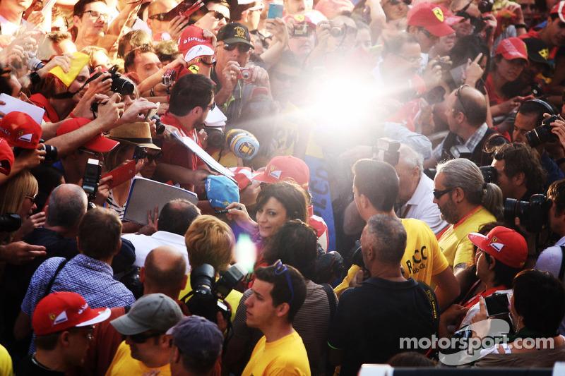 Fernando Alonso, Ferrari pitte taraftarlar için imza dağıtıyor