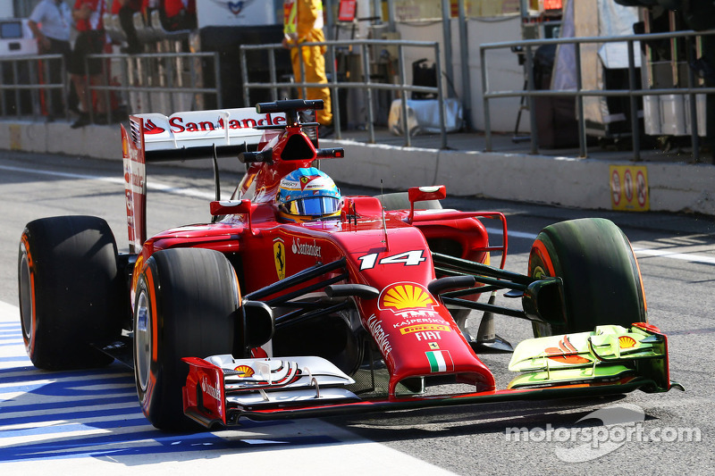 Fernando Alonso, Ferrari F14-T running flow-vis paint on the front wing