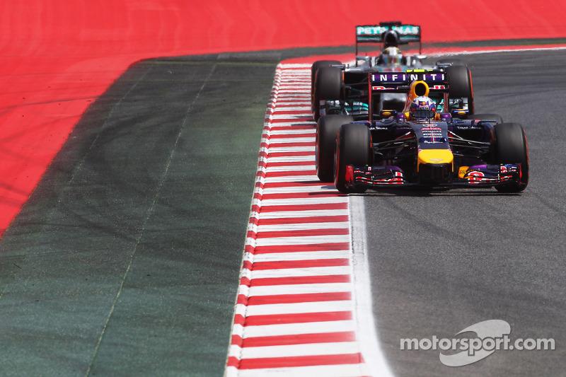Daniel Ricciardo, Red Bull Racing RB10 lidera a Lewis Hamilton, Mercedes AMG F1 W05
