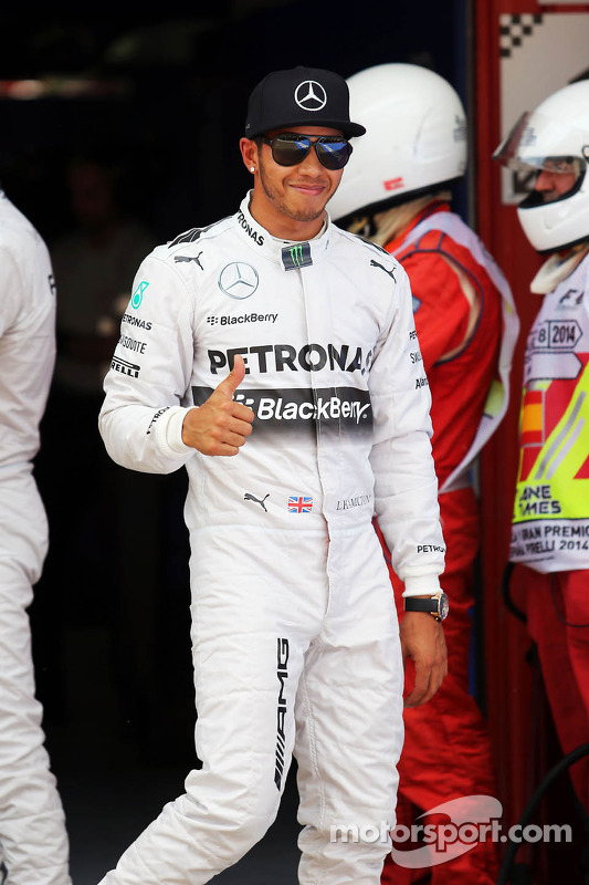 Lewis Hamilton, Mercedes AMG F1, comemora sua pole position em parque fechado