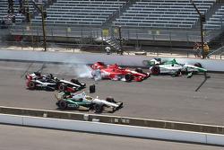 安德雷蒂本田车队卡洛斯·穆尼奥斯和A.J.福伊特本田车队的马丁·鲍尔曼卷入发车事故