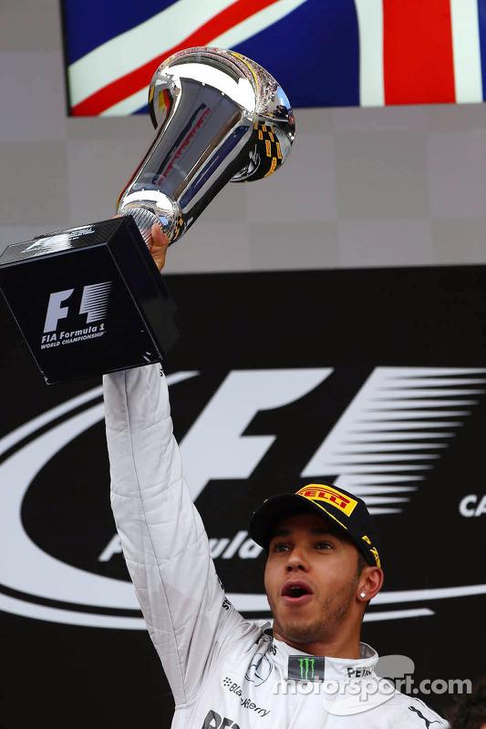 Pódio: vencedor da corrida Lewis Hamilton